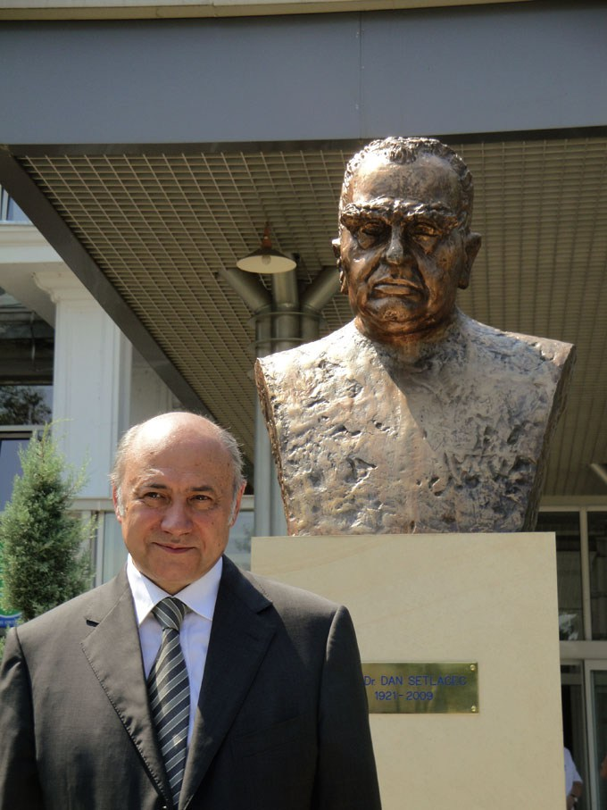 Prof. Dr. Irinel Popescu, în fața bustului discipolului său, Prof. Dr. Dan Setlacec