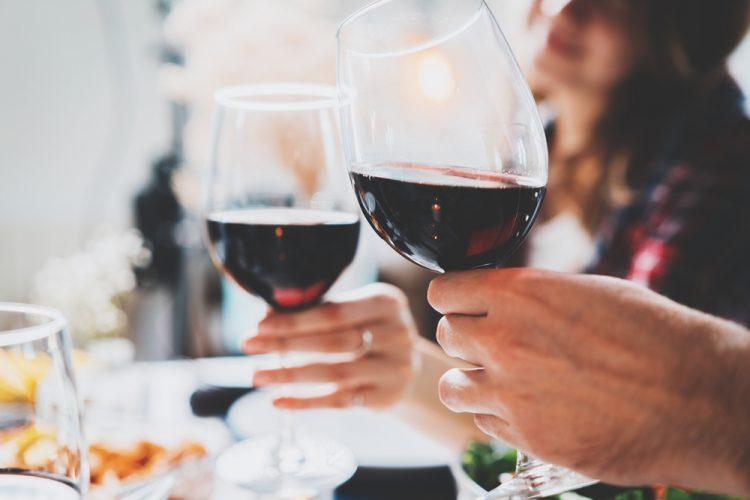 Consumul moderat de alcool îți poate ajuta cu adevărat inima? Ce spun experții