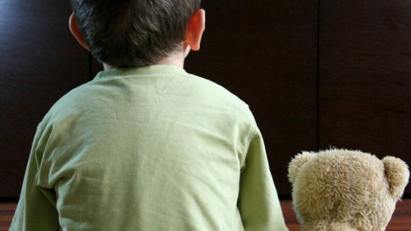Copiii mici nu trebuie hrăniți în fața televizorului. Efectele negative sunt pe termen lung. Studiu