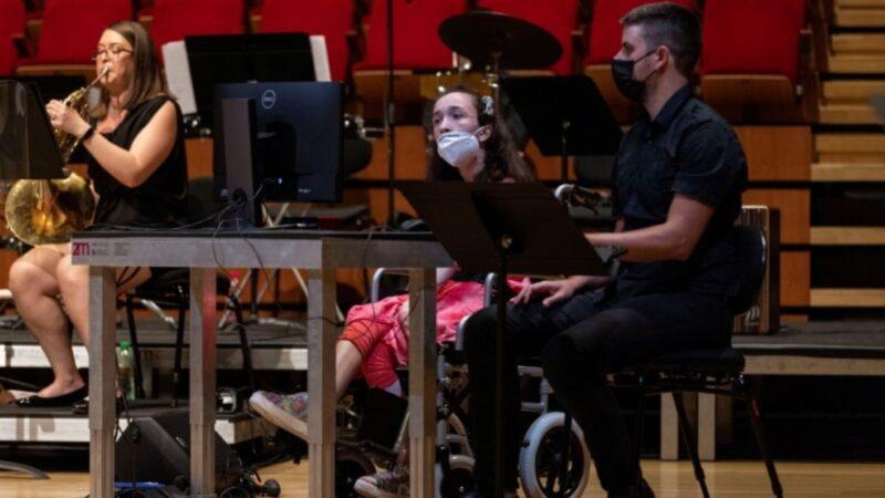 O tânără cu dizabilităţi poate să cânte la harpă cu ajutorul privirii