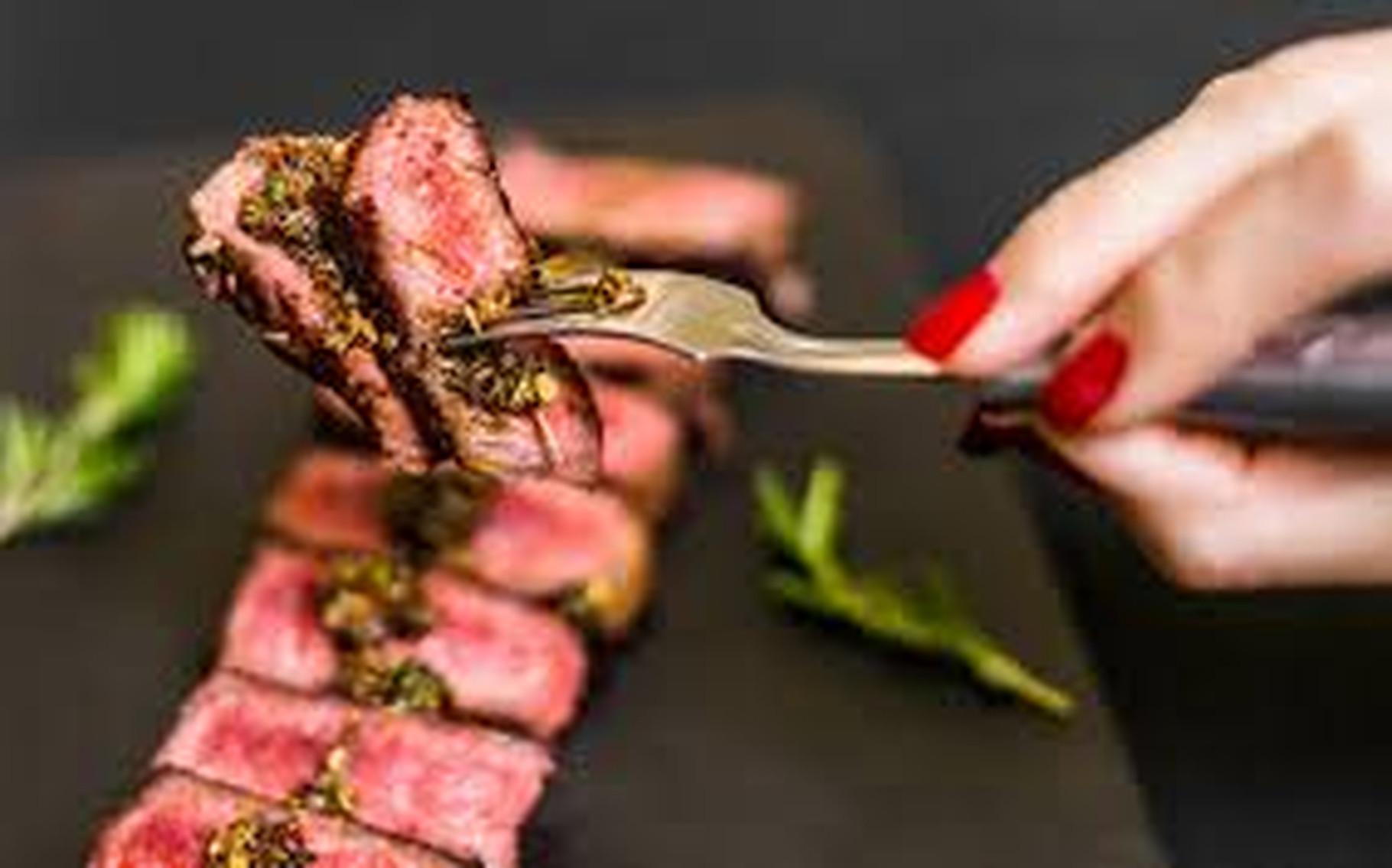 Carnea roșie și cea procesată sunt legate de bolile de inimă. Detalii din ultimul studiu desfășurat timp de 30 de ani