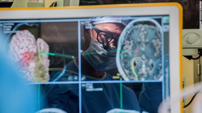 """Un implant cerebral ajută un bărbat să """"vorbească"""" prin intermediul unui computer"""
