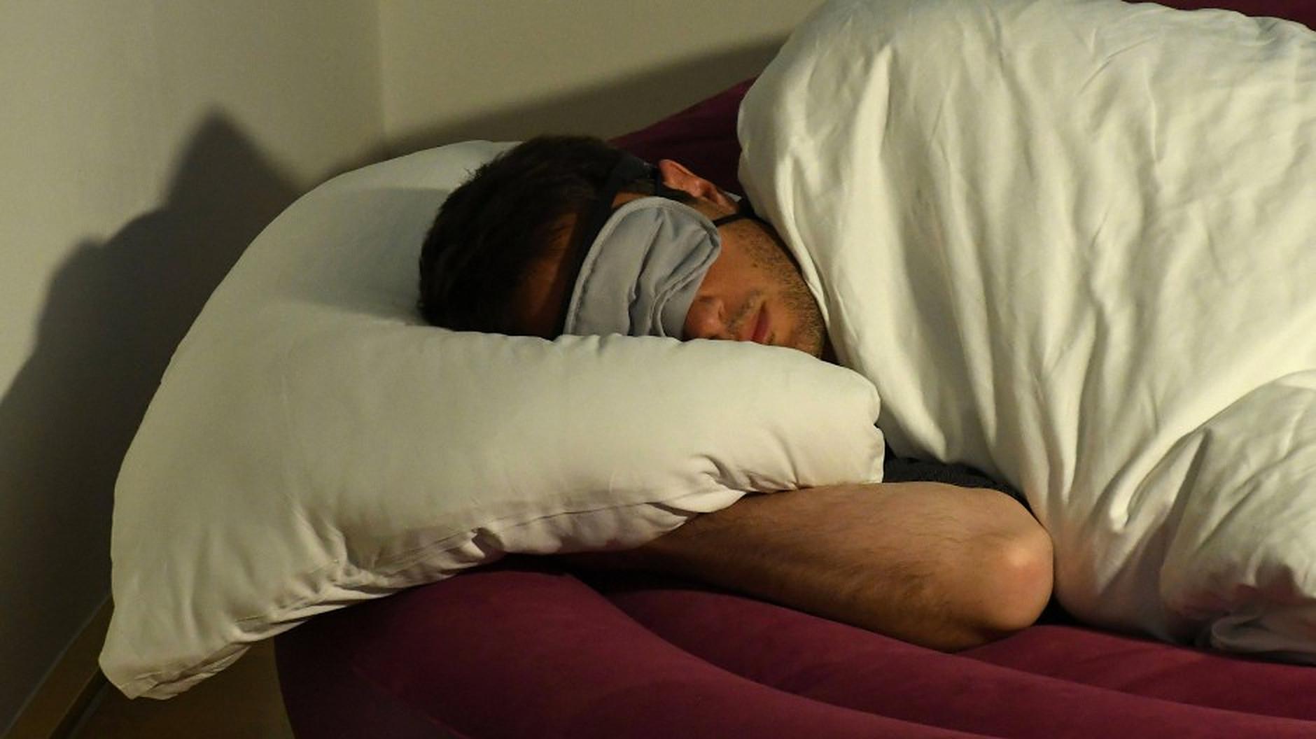 Vorbitul în somn. Care sunt cauzele și cum poate fi prevenită această tulburare