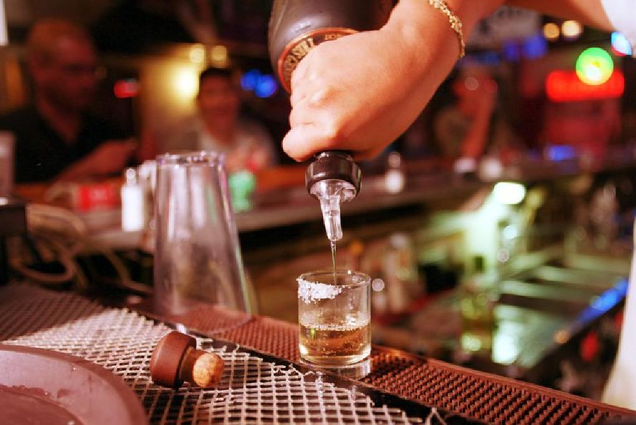 Alcoolul are legătură cu mai multe tipuri de cancer decât se credea până acum