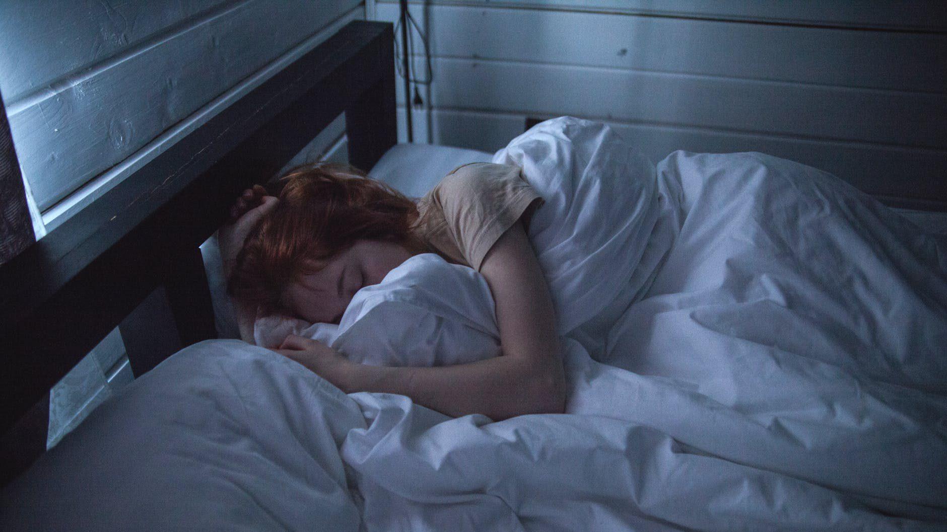 Prea mult sau prea puțin somn ne poate afecta creierul. Studiu