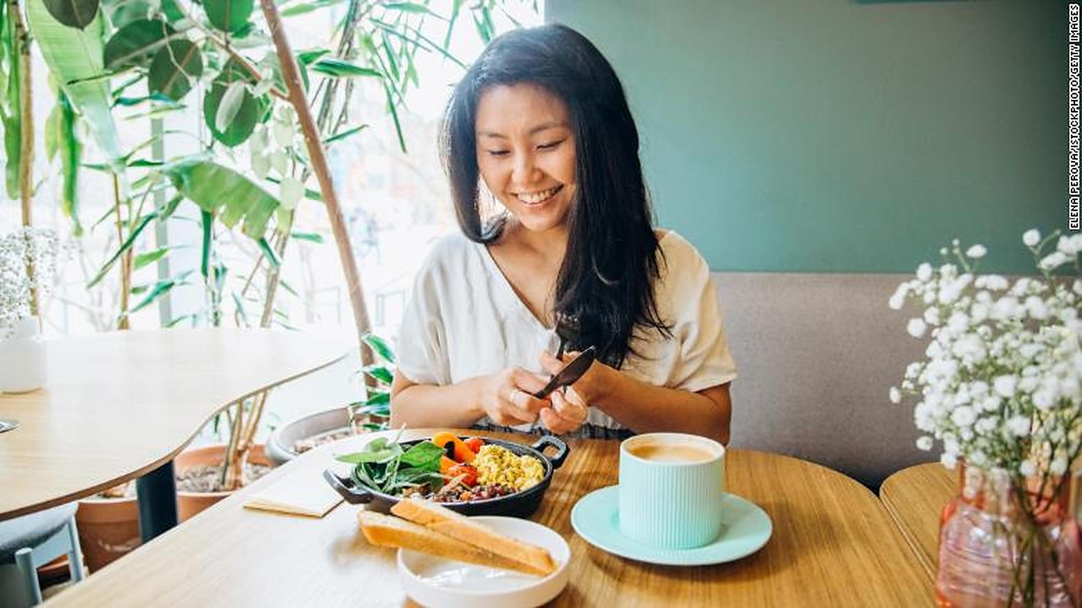 Mâncatul conștient ar putea să vă schimbe obiceiurile alimentare și viața în general. Iată cum să începeți