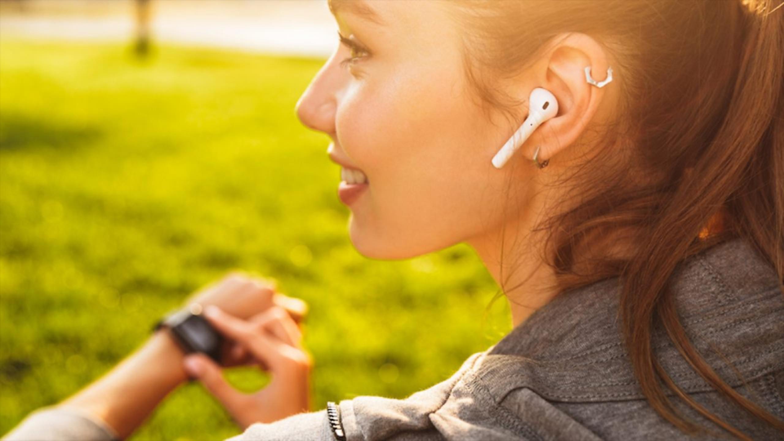 Motivul important pentru care ar trebui să-ți scoți căștile și să-ți lași urechile să respire