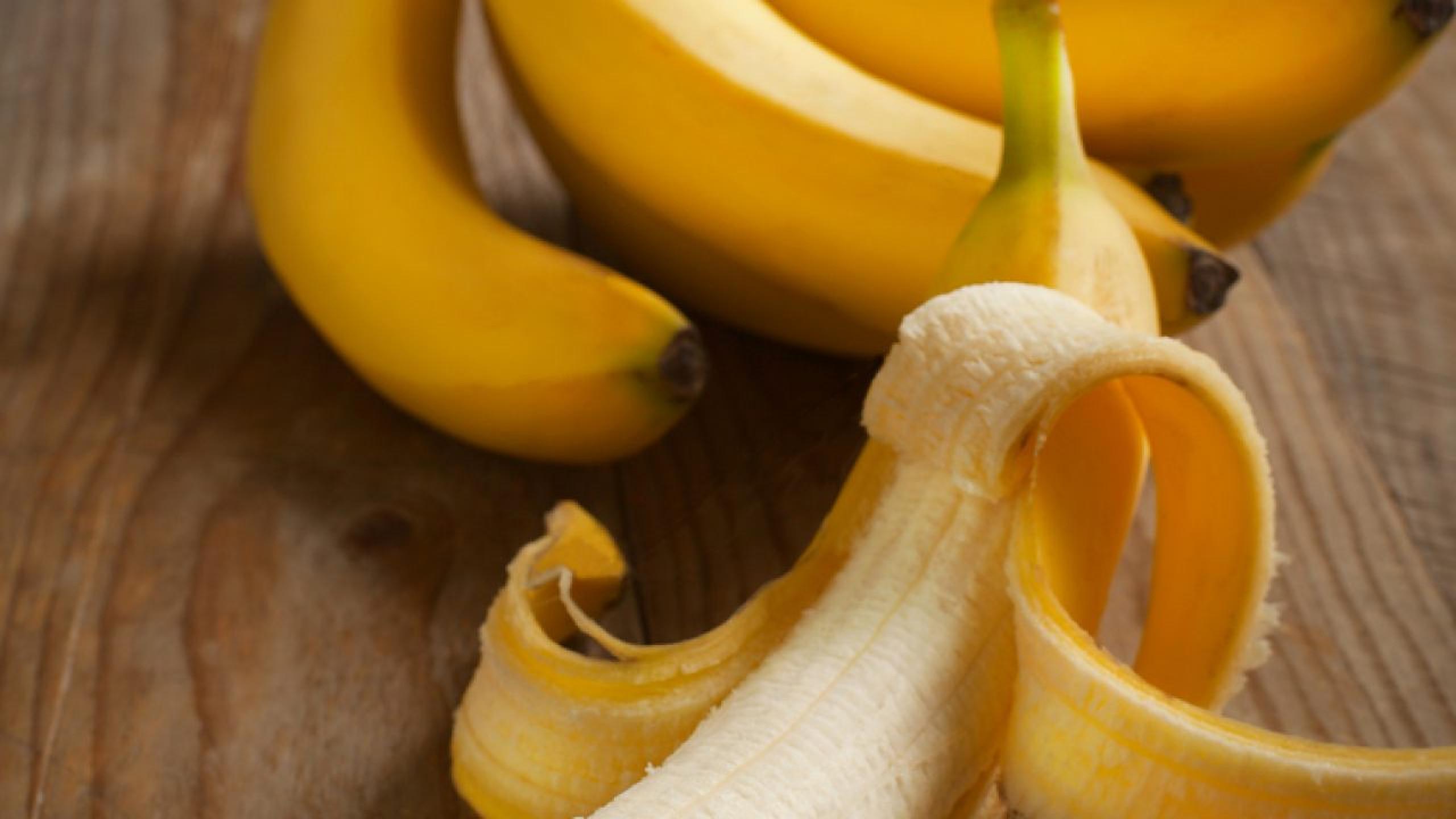 Nu mai aruncați cojile de banane. Trei lucruri la care ne ajută