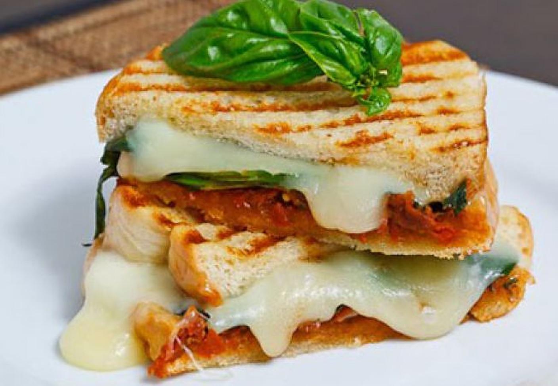 Este sănătoasă brânza la grătar? Beneficii, dezavantaje și sfaturi